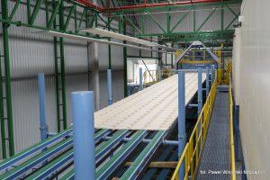 Technologia skrawania fornirów jest najbardziej efektywną metodą wykorzystania surowca drzewnego, a sposób ich późniejszego łączenia w płyty LVL pozwala uzyskać produkt o niedoścignionych parametrach wytrzymałościowych, porównywalnych do stali. Fot. Paweł Winiarski