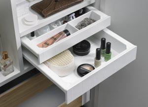 Niewielkich rozmiarów SmarTray można zamontować praktycznie w każdym miejscu. Zarówno w szafce łazienkowej, jak i gar-derobie w sypialni doskonale na-daje się do przechowywania war-tościowych drobiazgów, ale to również doskonały sposób na uporządkowanie drobnych przedmiotów, do których chcemy mieć szybki dostęp. Fot. Hettich