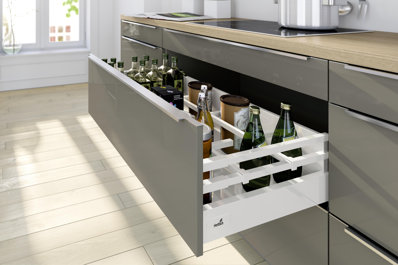 System szuflad InnoTech Atira z innowa-cyjnym podwójnym relingiem, który jesz-cze lepiej stabilizuje wysokie butelki.  Fot. Hettich