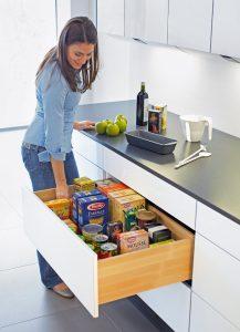 Wysokie szuflady kuchenne mogą mieć rów-nież eleganckie drewniane boki. Delikatne i  równomierne otwieranie i zamykanie szuflady gwarantuje, że nawet przedmioty ustawione pionowo nie przewrócą się. fot. Hettich