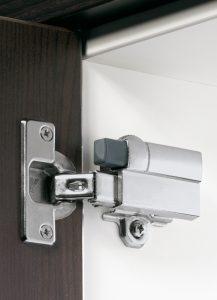 Do ramienia zawiasu Intermat można przypiąć amortyzator Silent System odpowiedzialny za ciche domykanie frontów. Fot. Hettich