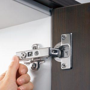 Zawias Intermat jest tak skonstruowany, że bez wysiłku można go zamontować w szafce. Równie bezproblemowa jest jego regulacja. Fot. Hettich