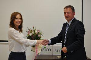 Laureatka drugiego miejsca ? Aneta Gumowska, odbiera nagrodę i gratulacje od Waldemara Motyki, wiceprezesa zarządu firmy STEICO CEE. Fot. Forestor