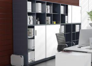 Kiedy ograniczenia powierzchni biurowej nie pozwalają na postawienie szafki z rozwieranymi frontami idealnie sprawdzi się system SysLine S, który umożliwia montaż frontów przesuwnych o ciężarze do 15 kg. Fot. Hettich