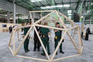 Uczniowie szkoły ponadgmnazjalnej w Czarnej Wodzie w ciągu 15 minut zmontowali szkielet budynku o powierzchni 35 m2. Fot. Forestor