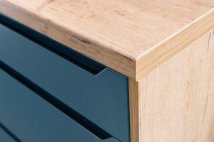 Miodowo-brązowa barwa z wyraźnymi sękami, pęknięciami i zaczerpniętymi z natury niedoskonałościami charakterystycznymi dla drewna to oprawa nowego blatu dąb Lancelot. Fot. KAM