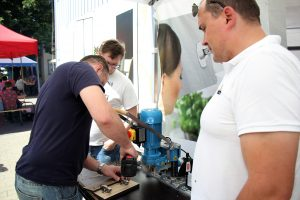 Montaż zawiasów w nawierceniach wykonanych w kilka sekund na automatycznej wiertarce BlueMax 2/6 firmy Hettich. Fot. Hettich