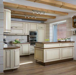 Ciepły, rodzinny klimat i niepowtarzalny charakter to mocne atuty, dzięki którym kuchnia w stylu klasycznym wciąż nie daje się zepchnąć do lamusa. Fot. KAM