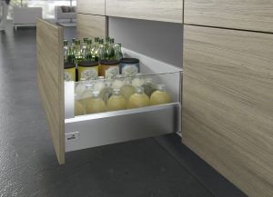 Wyposażoną w system Push to open szufladę ArciTech, nawet mocno obciążoną, można otworzyć przez delikatne naciśnięcie na jej front. W ten sposób można wyeliminować uchwyty, o które można zahaczyć się podczas pracy w kuchni. Fot. Hettich