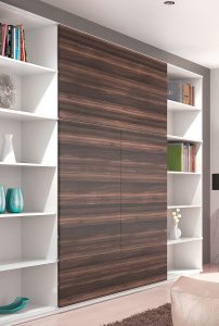 Przestrzeń wielofunkcyjna, w której domowe biuro jest częścią pokoju dziennego, to wyznacznik współczesnego stylu życia. Po skończonej pracy zasuwamy fronty ukrywając strefę biurową. Zaledwie jeden ruch frontu zamocowanego na okuciu SlideLine M pozwala całkowicie odmienić wnętrze. Fot. Hettich