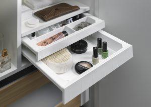 Zamiast jednej wysokiej szuflady - dwie niskie z sytemu SmarTray, w których pogrupujemy kosmetyki i akcesoria łazienkowe. To dużo skuteczniejszy sposób, aby utrzymać je w należytym porządku. Fot. Hettich