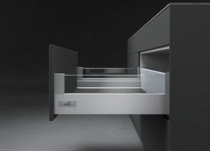 Szklane witryny to wyjątkowo modny w tym sezonie element aranżacji wnętrz. Szkło równie efektownie, jak na frontach, prezentuje się wewnątrz mebli jako dekoracyjny element wykończenia boku szuflady - dostępny jako opcja DesignSide. Fot. Hettich