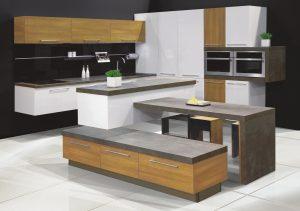 Atrakcyjna kompozycja kuchni z systemu KAMplus to przykład udanego połączenia trzech niezwykle modnych dekorów - ciepłego drewna, świeżej bieli i prestiżowego dekoru kamiennego, który nowoczesnej aranżacji nadał wyrafinowanego charakteru. Fot. KAM