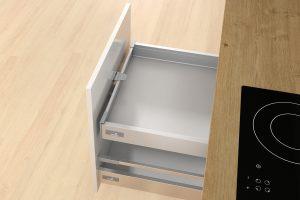 Niepozorny i prosty w działaniu zabierak łączy front wysokiej szuflady z szufladą wewnętrzną, dbając o komfort użytkowania mebla. W ten sposób można nie tylko optymalnie zagospodarować wnętrze wysokiej szuflady, ale bardzo wygodnie ją użytkować. Fot. Hettich