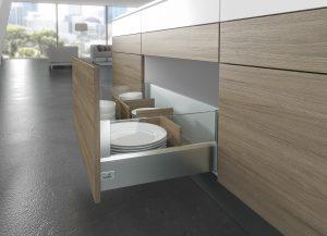 System organizacji wewnętrznej można dopasować stylistycznie do całości zabudowy meblowej. Za eleganckim drewnianym frontem można ukryć równie elegancki system organizacji wewnętrznej wykonany z drewna. Poszczególne przegródki możemy ustawiać w zależności od rozmiarów aktualnie przechowywanych przedmiotów. Fot. Hettich