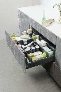 OrgaStore 810 pomoże zapanować nad różnorodnością produktów przechowywanych w szufladzie łazienkowej. Stabilne przegródki utrzymają je na swoim miejscu, a ponieważ są ruchome, wygodnie dostosują się do wszelkich wprowadzanych zmian. Nie musisz przecież zawsze kupować takiego samego szamponu, kremu czy wyliczonej ilości opakowań chusteczek. Fot. Hettich
