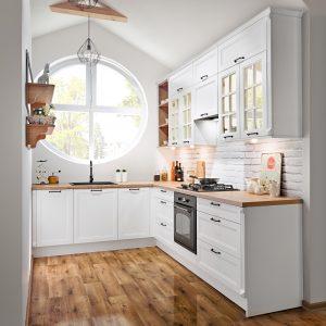 Stylowo i modnie, dzięki sprawdzonemu i ponadczasowemu duetowi. Białe, stylizowane fronty w linii KAMplus to idealne tło dla czarnych uchwytów, które ożywiają monochromatyczną zabudowę kuchenną. Fot. KAM