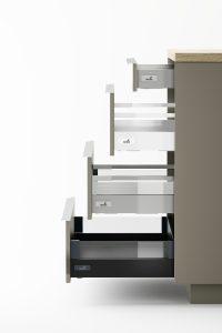 Jedna szuflada - tak wiele możliwości: począwszy od kolorystyki, poprzez typ boków. Wybór dostępnych opcji w systemie InnoTech Atira pozwala mocno zindywidualizować wygląd szuflady. Fot. Hettich