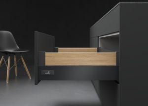 Opcja Design Side pozwala dowolnie kreować bok szuflady: prestiżowy antracyt doskonale komponuje się z dekorem drewna. Ukryta za ciemnym frontem mebla szuflada InnoTech Atira w takiej konfiguracji będzie ciekawym zaskoczeniem. Fot. Hettich