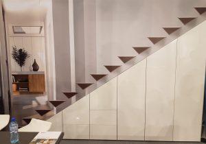 Idealnie zamaskowane, dzięki gładkim frontom bez uchwytów i z wyjątkowo komfortowym dostępem, dzięki systemom: do drzwi składanych WingLine L i Big Org@Tower Wood. Nawet pod schodami można zaaranżować funkcjonalne miejsce do przechowywania.