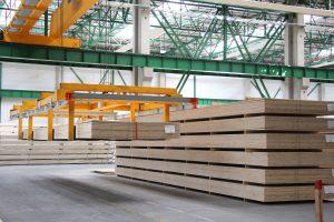Do produkcji materiałów budowlanych używany jest wyłącznie naturalny surowiec pochodzący z odpowiedzialnie zarządzanych lasów. Z kolei resztki drewna są przetwarzane na energię potrzebną do produkcji. Fot. STEICO