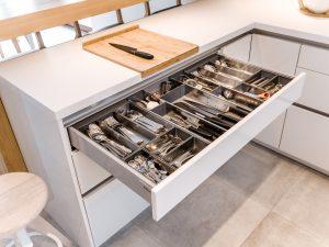 Dzięki systemom organizacji wewnętrznej możemy dodatkowo zadbać o idealny porządek w każdej z szuflad. W ten sposób wszystko mamy pod ręką i na swoim miejscu. Nie tylko więc nie tracimy cennej powierzchni do przechowywania, ale również czasu na poszukiwanie potrzebnego produktu. Fot. KAM