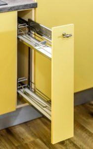 Wąski jak? cargo. To nowa jednostka miary w kuchennym słowniku. Taka szafka-schowek z wysuwanymi półkami cargo to idealne, dodatkowe miejsce do przechowywania. Fot. KAM