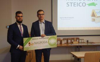 Mateusz Walerjańczyk (pierwszy z lewej), autor zwycięskiej pracy IV edycji konkursu STEICO, odbiera nagrodę z rąk Michała Komorowskiego.  Fot. Steico