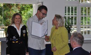 - Dobra edukacja oznacza lepsze szanse na awans społeczny ? mówiła Cornelia Piepper, Konsul Generalna Niemiec (pierwsza z prawej), wręczając certyfikaty absolwentom klas objętych dualnym systemem kształcenia.