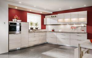 Proste fronty z designerskimi, eleganckimi uchwytami nadają kuchni KAMmoduł Premium w dekorach drewna zdecydowanie nowoczesnego charakteru. Duży wpływ na efekt końcowy ma również wybór jasnej tonacji drewna. Fot. KAM