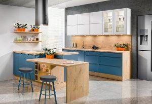 Niebieski urzeka intensywnością i wyrazistością. Atrakcyjnie prezentuje się w połączeniu z ocieplającymi dekorami drewna i świeżą bielą, tworząc efektowną aranżację, czego doskonałym przykładem jest zabudowa z systemu KAMplus. Fot. KAM
