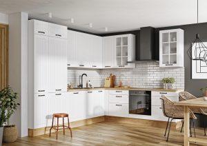 Można zaaranżować kuchnię w prosty sposób, z dominacją bieli, w której będzie jednak panowała przytulna atmosfera. Sekretnym trikiem są tu fronty z ozdobnymi frezami, które ocieplą wnętrze. Podobnie dekoracyjną rolę mogą pełnić fronty z przeszkleniami. Fot. KAM