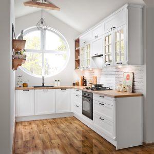 Kuchnie w stylu klasycznym są zawsze urokliwe, a te zaaranżowane w bieli są niczym biała porcelana, której piękno jest ponadczasowe i nieustannie zachwyca. Fot. KAM