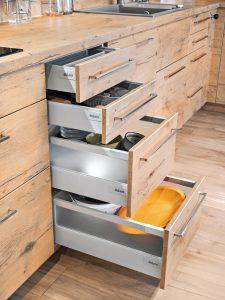 Tak, jak zróżnicowana jest wysokość produktów i akcesoriów kuchennych, tak inna powinna być wysokość szuflad, w których będą przechowywane. Pozwala to optymalnie zagospodarować dostępną przestrzeń w meblach, ale również zapanować nad niepotrzebnym nieładem w szufladach. Fot. KAM
