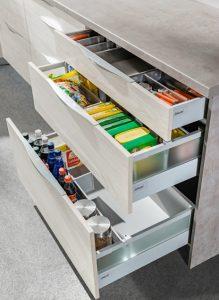 Bardziej pakowny podział szuflad pozwala optymalnie zagospodarować powierzchnię użytkową  mebli. Nie marnujemy cennego miejsca, ponieważ na każdą z grup produktowych przeznaczamy go tyle, ile faktycznie potrzebują. Fot. KAM