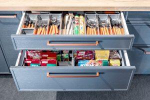 W zależności od przeznaczenia szuflady mają różną wysokość, tak jak różna jest wysokość produktów, które w nich przechowujemy. Taki podział ułatwia utrzymanie porządku i łatwe wyszukanie potrzebnego produktu.  Fot. KAM