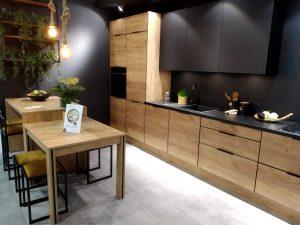 W nagrodzonym Złotym Medalem targów MEBLE systemie mebli kuchennych KAMmono Black w nowatorski sposób podkreślono zalety dekoracyjne obrzeża, które komunikuje się kolorystycznie z modnymi frontami w czarnym, matowym wybarwieniu, blatem i sprzętem AGD. Fot. KAM