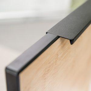 Czarne obrzeże ABS o grubości 3 mm okala cały front, zabezpieczając jego krawędzie, a jednocześnie tworząc atrakcyjny efekt ramki. Obrzeże jest zintegrowane z uchwytem, z którym tworzy jedną całość. Fot. KAM