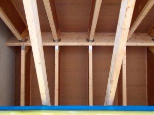 Wykonana po zewnętrznej stronie dachu termoizolacja z płyt z włókien drzewnych sprawia, że zewnętrzna powierzchnia krokwi jest cieplejsza, dzięki czemu ograniczona zostaje kondensacja wilgoci. Fot. STEICO