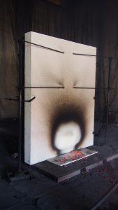 Świadectwa potwierdzające odporność ogniowa wydawane są na podstawie badań przeprowadzanych przez wyspecjalizowane laboratoria. Na zdjęciu u góry: ściana systemowa STEICO w trakcie badań, na dole: ściana po badaniu. Fot. STEICO
