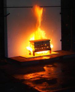 Świadectwa potwierdzające odporność ogniowa wydawane są na podstawie badań przeprowadzanych przez wyspecjalizowane laboratoria. Na zdjęciu po lewej: ściana systemowa STEICO w trakcie badań, po prawej: ściana po badaniu. Fot. STEICO