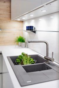 Jak usprawnić pracę podczas oczyszczania warzyw i owoców? Wyciągana wylewka ułatwi ich dokładne opłukanie, a umieszczony pod zlewozmywakiem pojemnik na odpadki pozwoli wrzucać obierki bezpośrednio do przeznaczonego na nie kosza. Fot. KAM