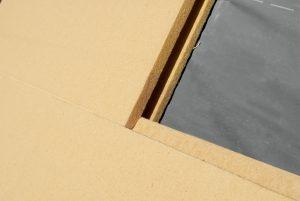 Duży zakres grubości płyt STEICOspecial dry (60?200 mm) pozwala optymalnie dobrać grubość do założonych wartości izolacyjnych, a membrana STEICOmulti UDB zabezpiecza dach przed konwekcyjnym przenikaniem powietrza. Fot. STEICO