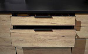 Większa pakowność każdej z szuflad systemowych KAM Premium Plus, bez powiększania ich wymiarów, to kolejne rozwiązanie służące jak najbardziej ergonomicznemu zagospodarowaniu powierzchni w meblach kuchennych. Fot. KAM