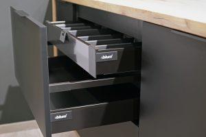 Funkcjonalne szuflady o różnej wysokości, optymalnie dobranej do przeznaczenia, można ukryć za jednym wspólnym frontem, co pozwoli ograniczyć podział prostej płaszczyzny bryły mebli i zachować ich minimalistyczny design. Fot. KAM
