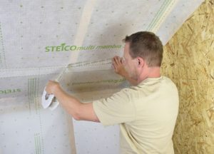 Szczelne połączenie arkuszy membrany STEICOmulti membra 5 przy użyciu taśmy STEICOmulti tape P 60 mm. Fot. STEICO