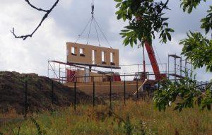 Na plac budowy zostały dostarczone gotowe prefabrykaty, które należało zamontować. Poszczególne moduły zostały wyposażone w fabryce w odpowiednie zawiesia, pozwalające na ich przenoszenie za pomocą dźwigu, co znacznie usprawnia proces montażu. Fot. STEICO
