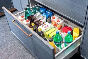 Kartony soku, butelki z napojami, produkty spożywcze w dużych opakowaniach to wszystko bez obaw można przechowywać w szufladzie magazynowej, ponieważ właśnie w tym celu została zaprojektowana. Ma odpowiednią wysokość i udźwig, aby sprostać gabarytom i ciężarowi zapasów domowych. Fot. KAM