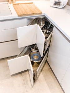 Potencjał szuflad warto spożytkować w trudnych miejscach, a takimi z pewnością w zabudowie meblowej są narożniki. Komfortowa w użytkowaniu szuflada zapewni wygodny dostęp do szafki narożnej, gdzie można przechowywać garnki i pokrywki. Fot. KAM