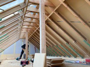 Konstrukcja stropu i dachu kancelarii zostały wykonane z belek dwuteowych STEICOjoist, belek z forniru klejonego warstwowo STEICOLVL oraz płyt dachowych STEICOuniversal.  Fot. STEICO